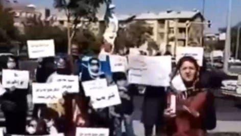 تجمع شماری از فعالان زن مقابل دادگستری سنندج در اعتراض به خشونت علیه زنان