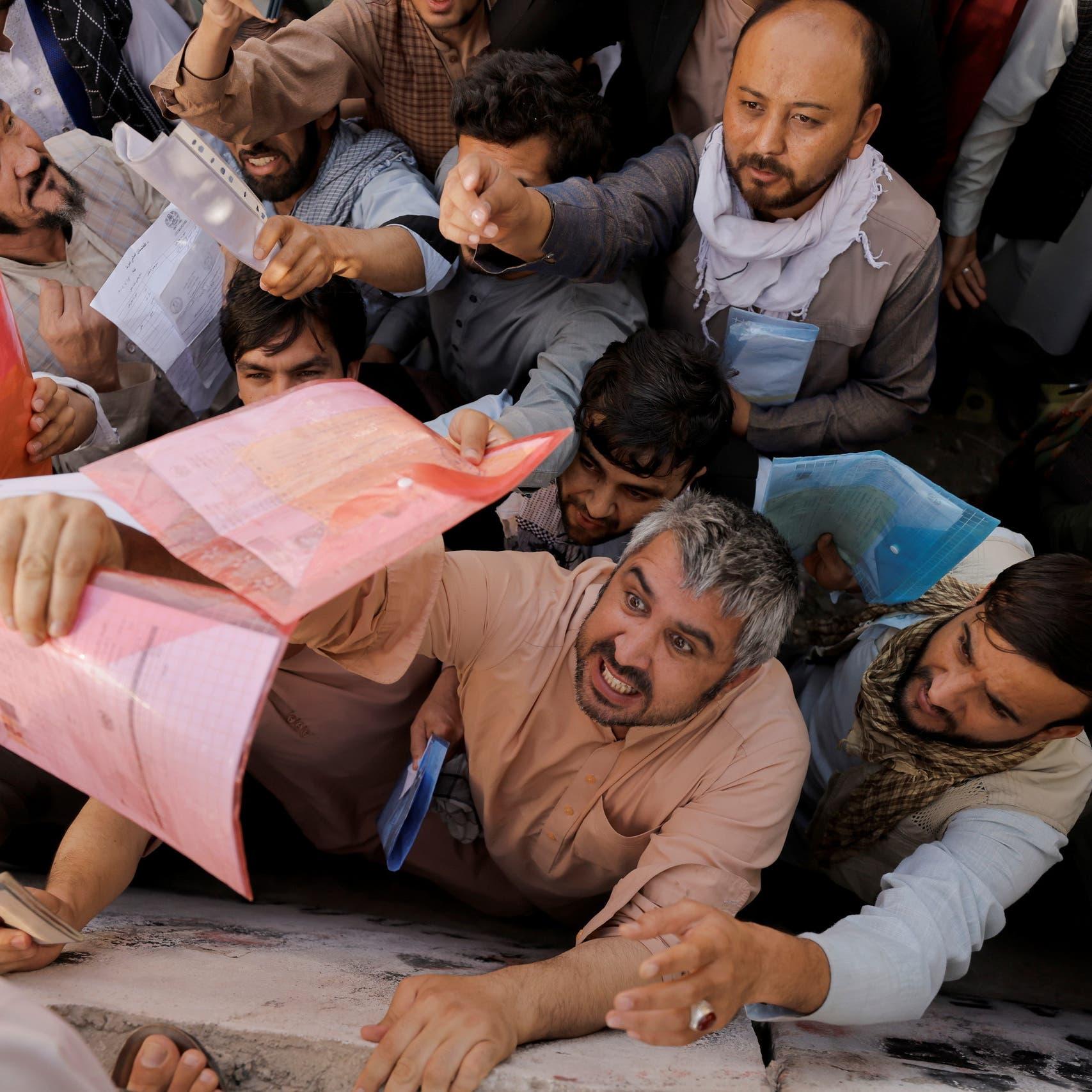 تهافت على جوازات السفر في كابل.. وطالبان تضرب الحشود