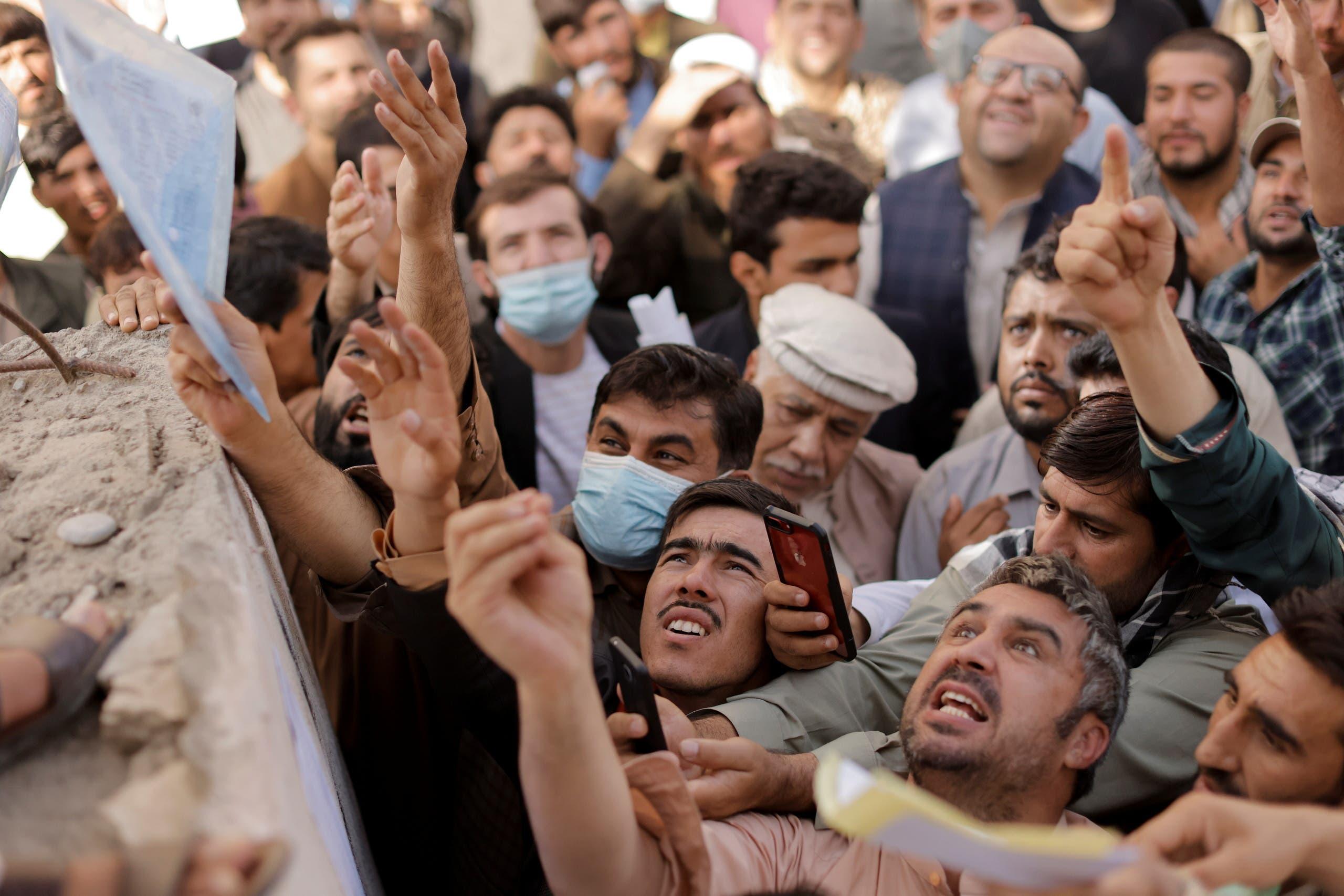 حشود أمام مكتب جوازات السفر في كابل (رويترز)
