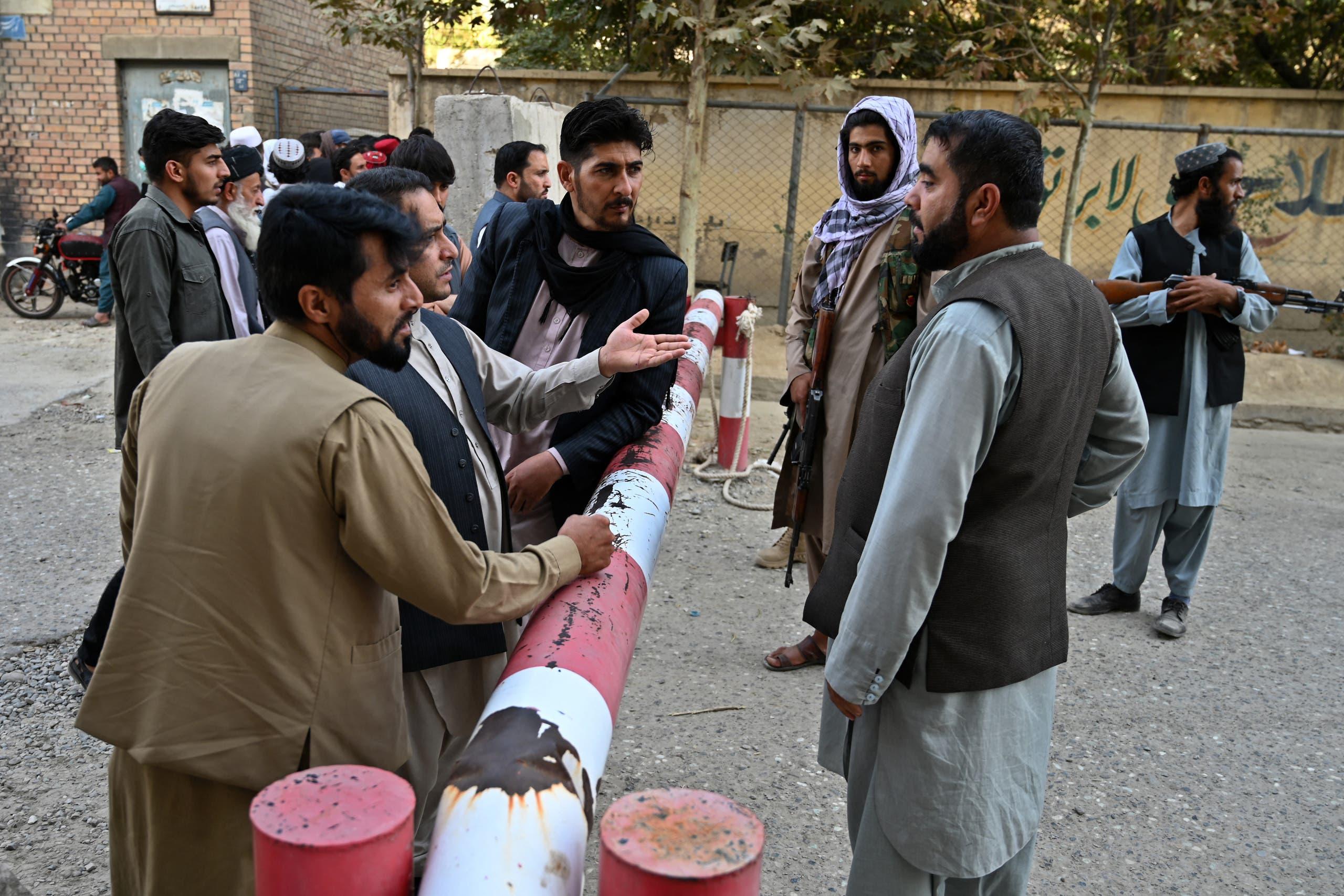 عناصر من طالبان أمام مطار كابل