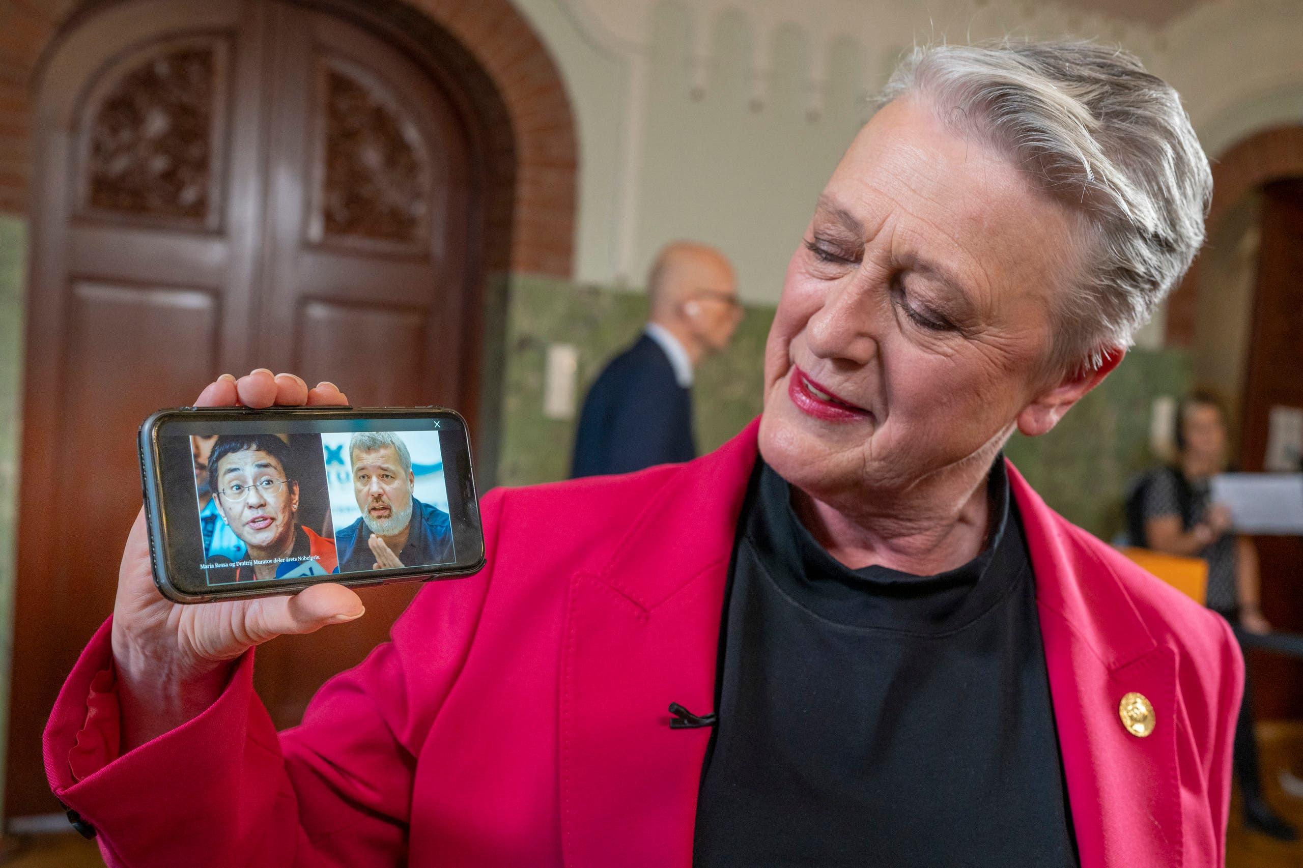 بيريت رايس أندرسن تحمل صورتي الفائزين