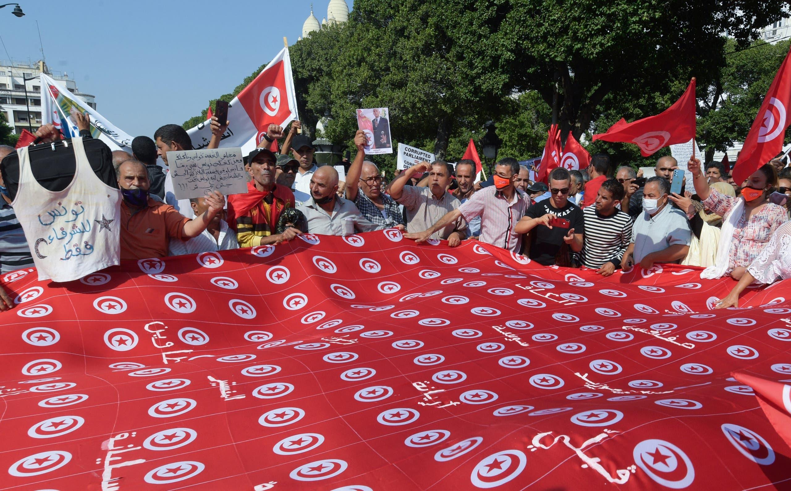 مظاهرة مؤيدة لقرارات قيس سعيد في تونس الأسبوع الماضي