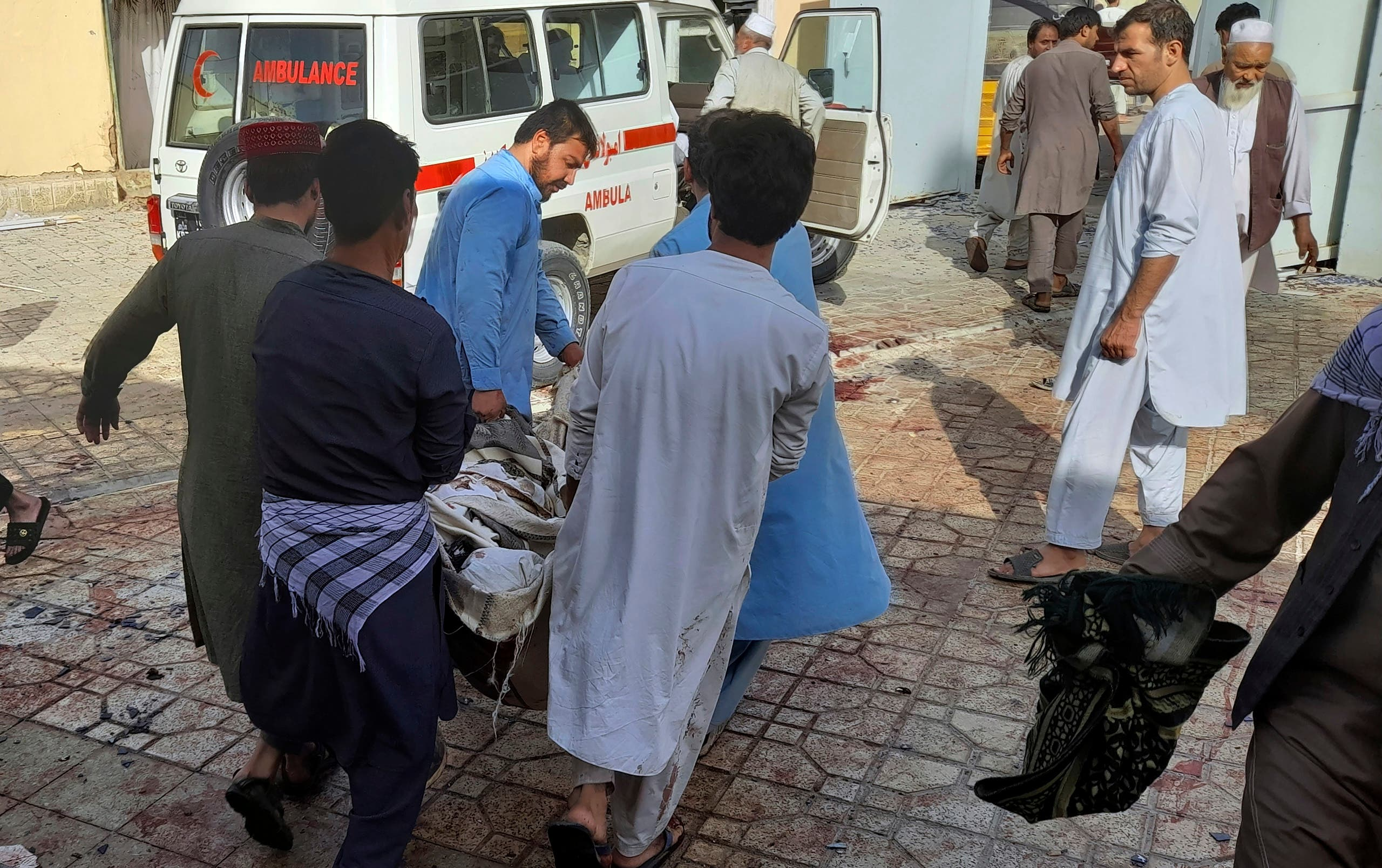 نقل الضحايا من مكان التفجير
