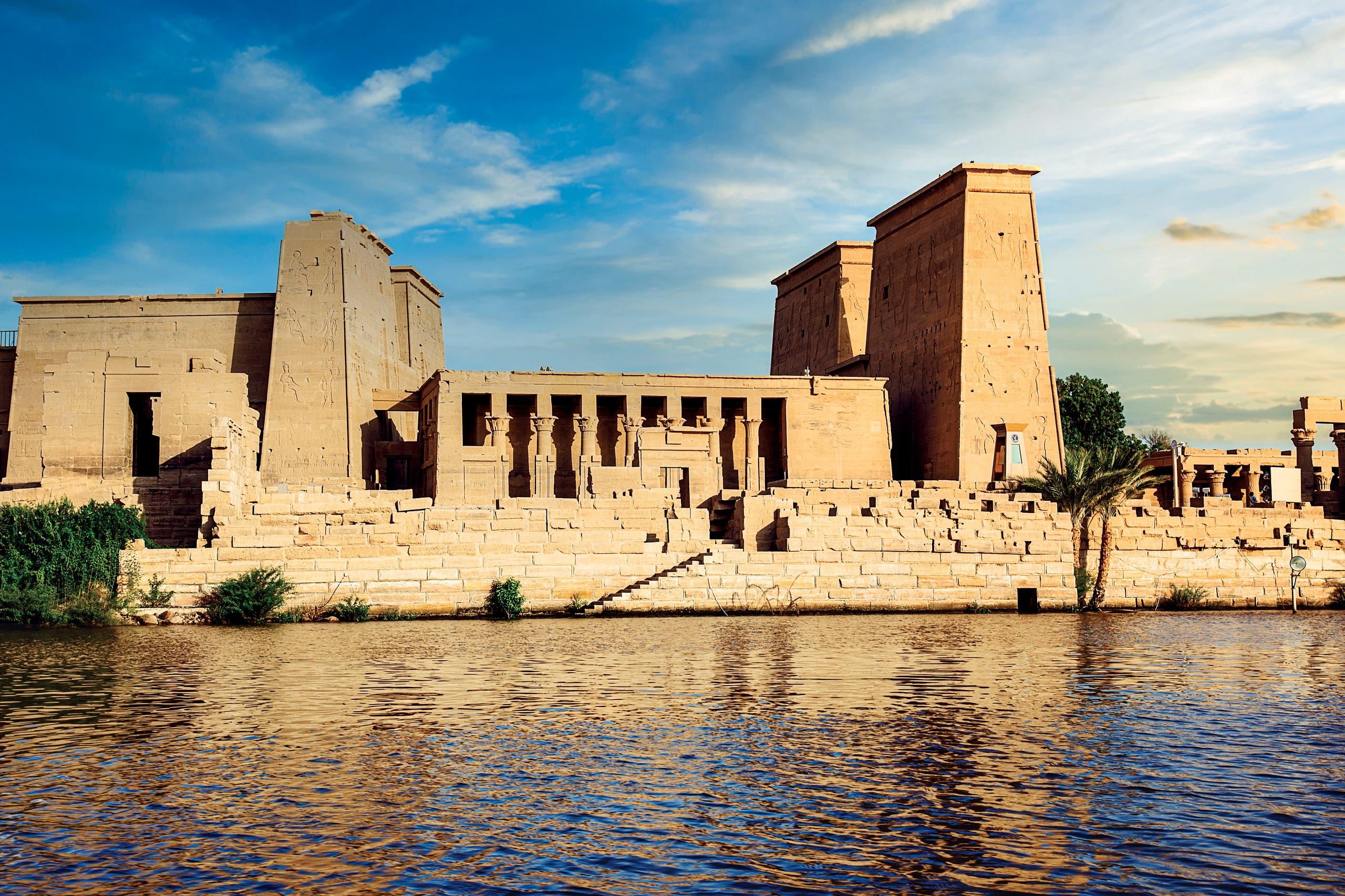 شهد حكم الخديوي إسماعيل طوفاناً من الزوار، مما دفع شركة توماس كوك الشهيرة إلى تنظيم رحلات للمواقع الفرعونية، مثل جزيرة فيلة في أسوان، ابتداءً من عام 1868م