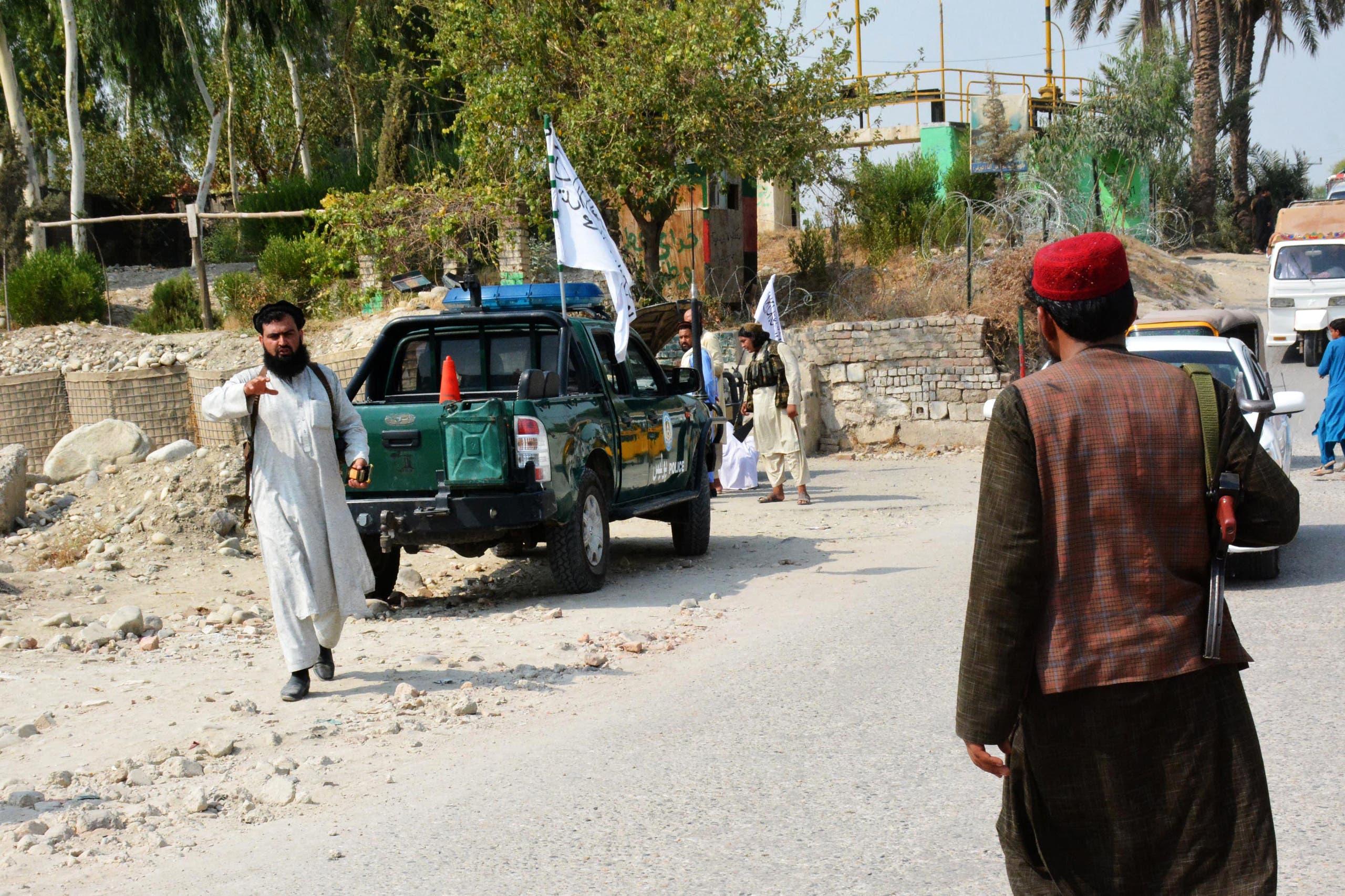 عناصر من طالبان يعاينون موقع تفيجر وقع في جلال أباد في 18 سبتمبر الماضي