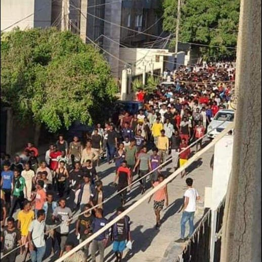 فوضى في طرابلس.. فرار جماعي للمهاجرين وسط غياب أمني
