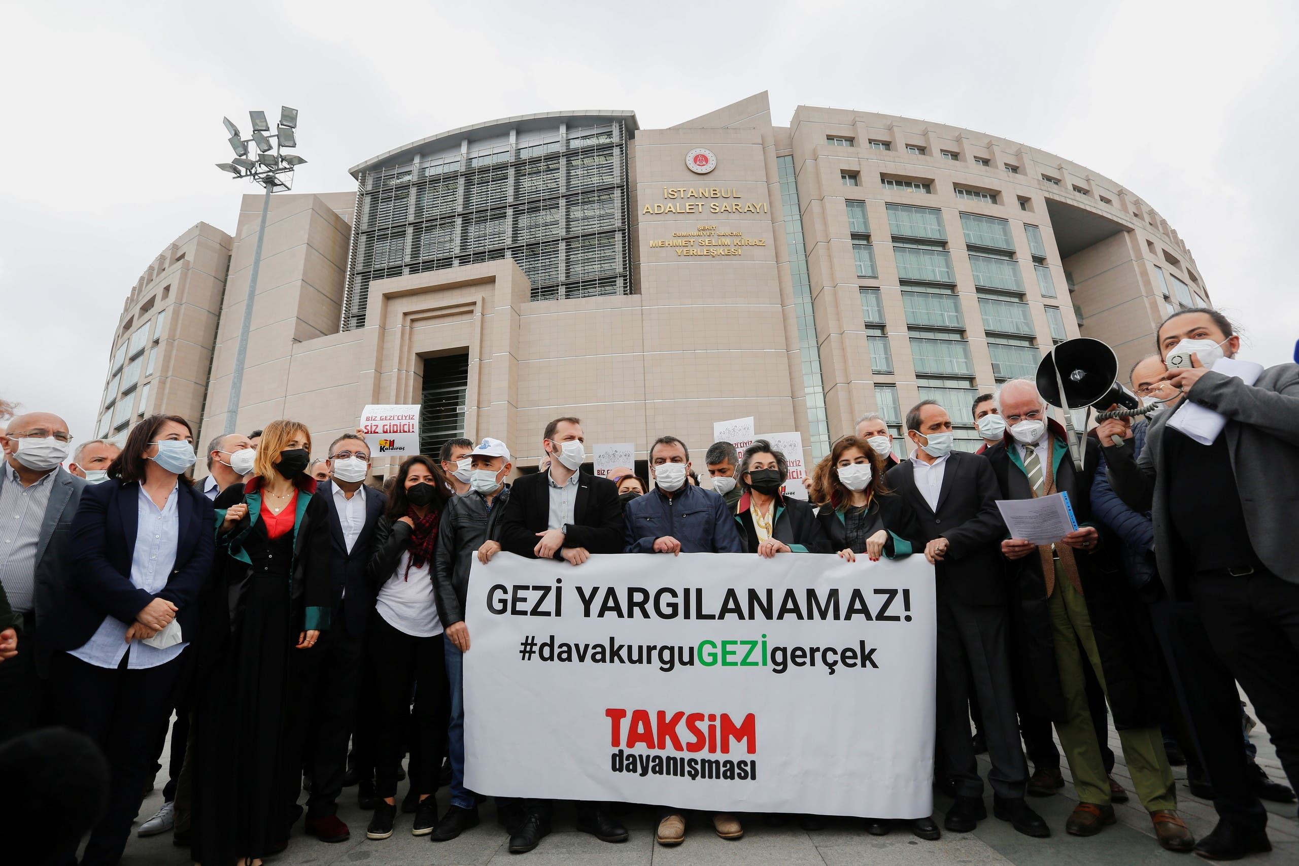 اعتصام أمام قصر العدل في مايو الماضي على إعادة محاكمة كافالا