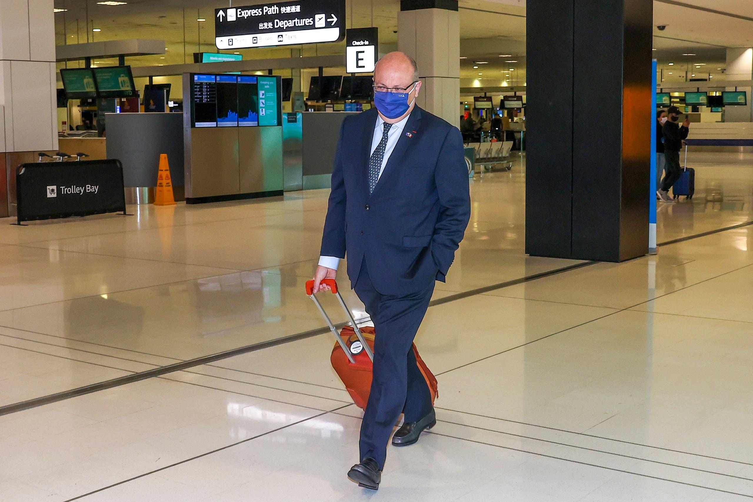 السفير جان بيير تيبولت في مطار سيدني في 18 سبتمبر قبل مغادرته أستراليا