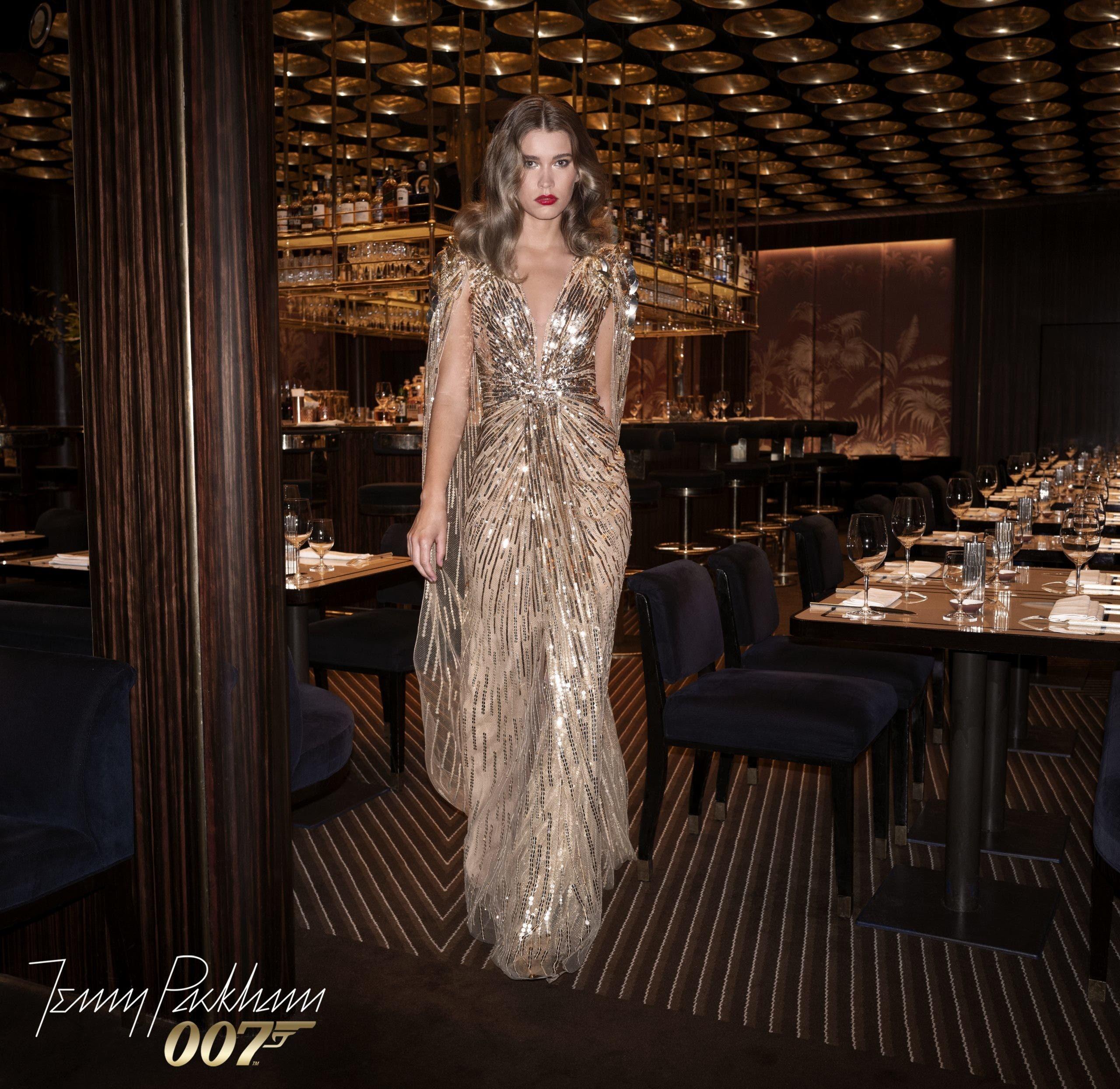 ثوب غولدفنغر الذي ارتدته كايت جزء من مجموعة استوحتها جيني بيكهام من أفلام جايمس بوند