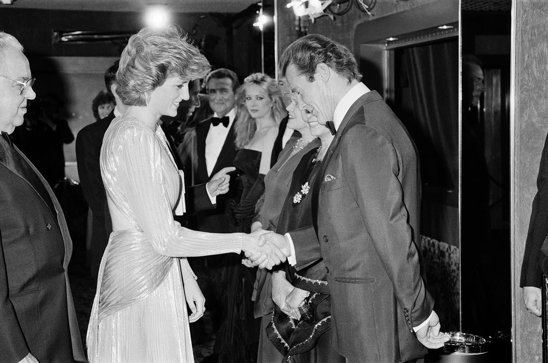 الأميرة الراحلة ديانا تلقي التحيّة على النجم روجيه مور الذي جسّد سابقاً شخصية جايمس بوند