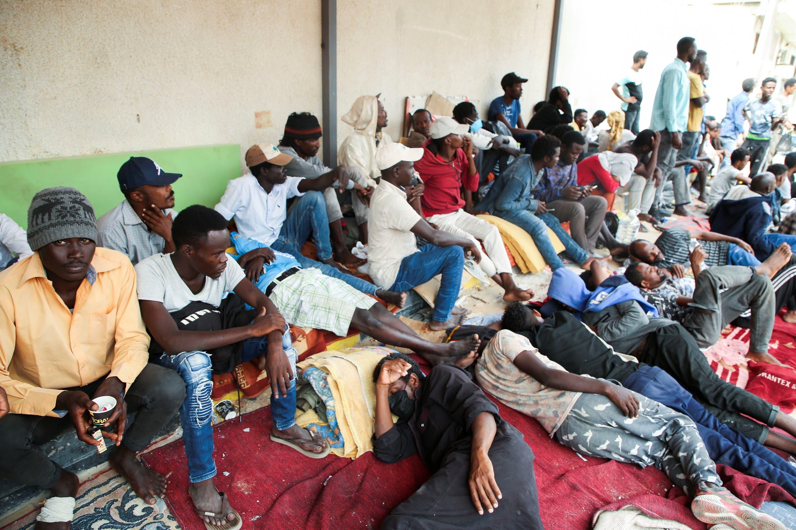 مهاجرون ينتظرون قبالة مبنى مفوضية اللاجئين في طرابلس أملاً بمساعدتهم على ترك ليبيا