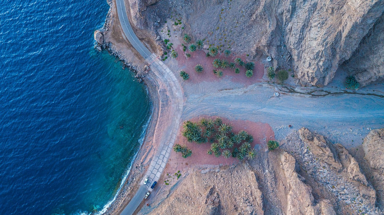 انحدار المياه من الشق إلى البحر
