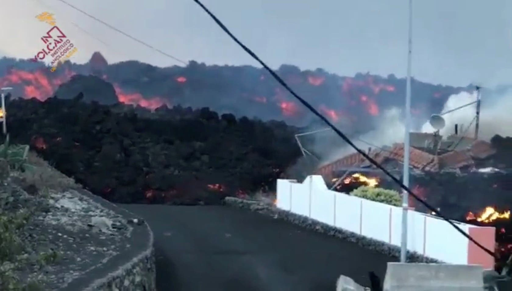 الحمم البركانية تجرف المنازل