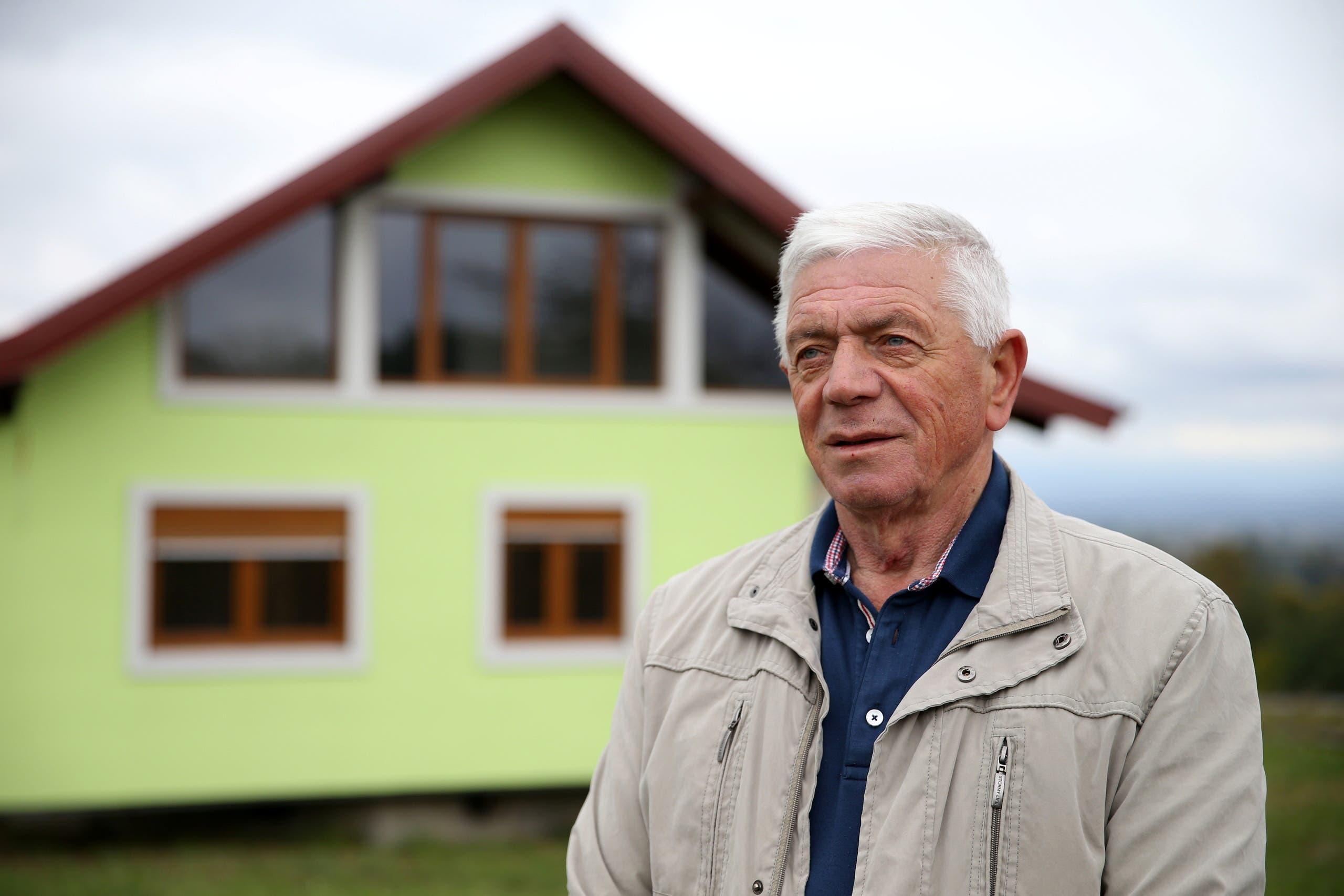 فوجين كوسيتش أمام المنزل
