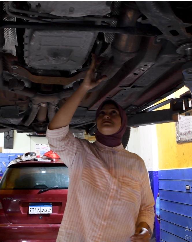 آية جمال في ورشتها لإصلاح السيارات