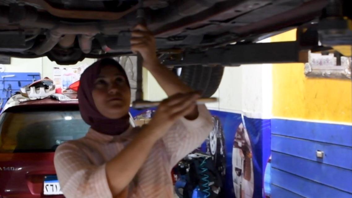 رئيسية آية جمال في ورشتها لإصلاح السيارات