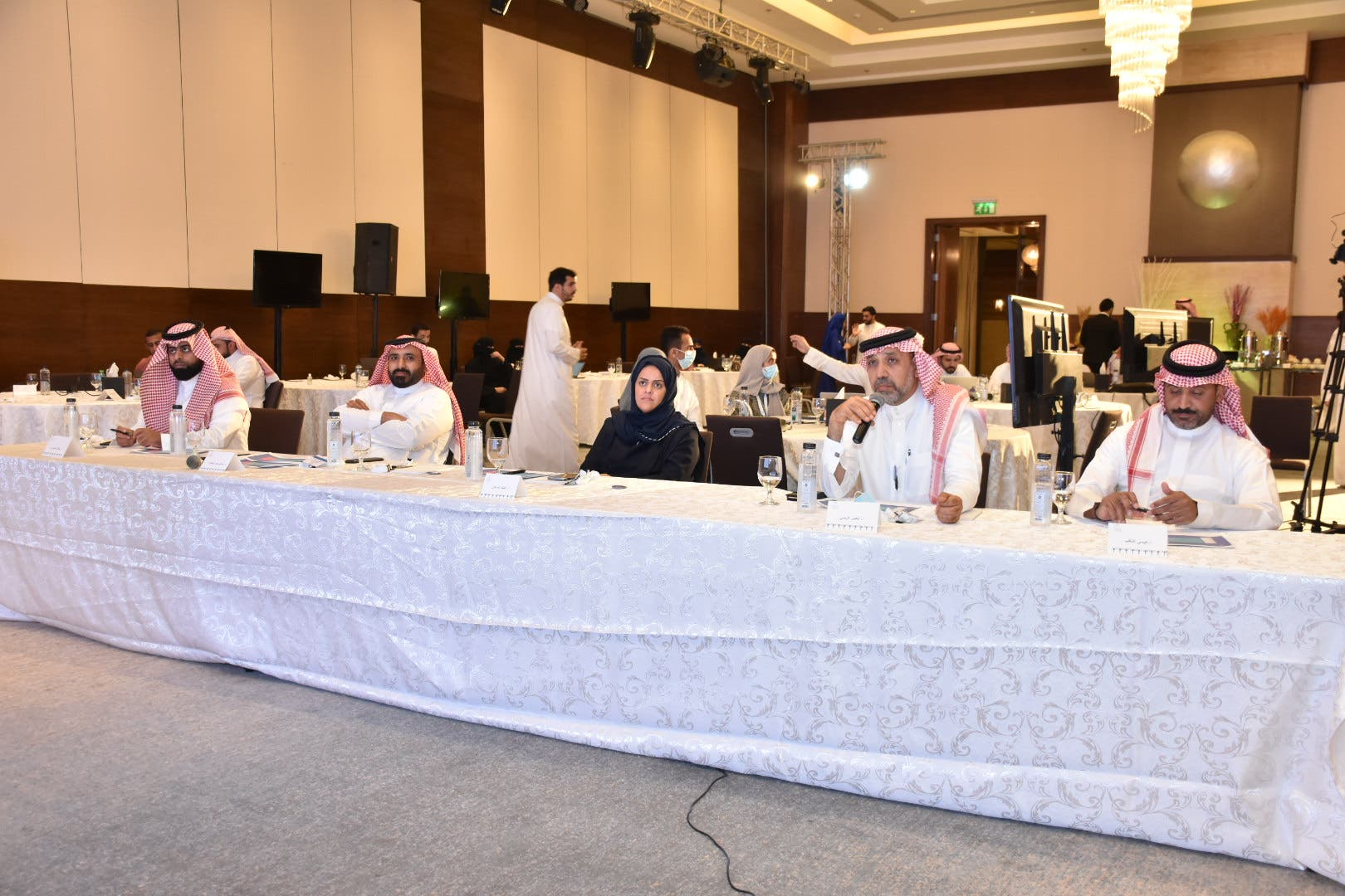 لجنة المحكمين تتابع عرض احد المشاريع المقدمة