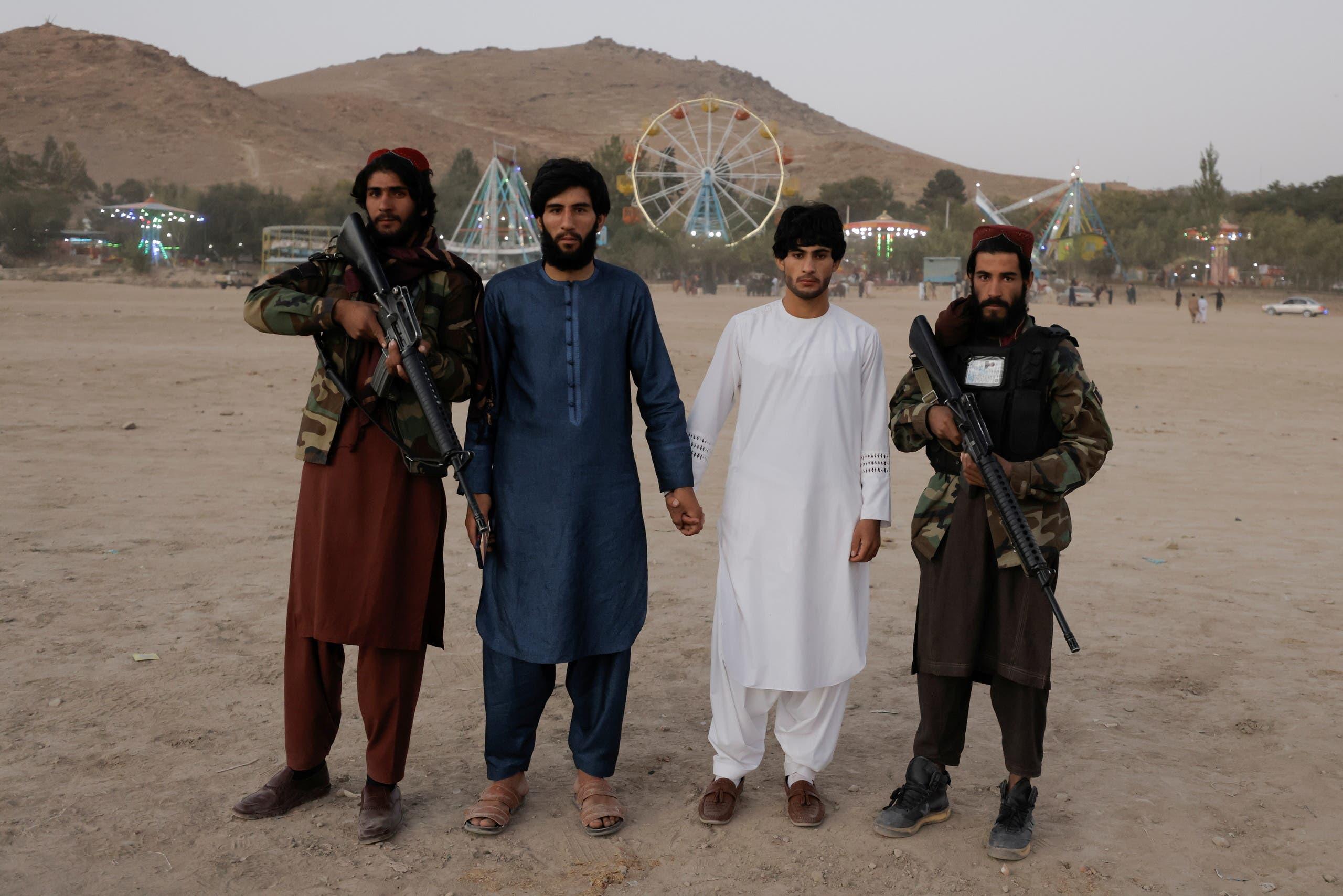 عناصر طالبان يمرحون في أحد المنتزهات في كابل(أرشيفية- رويترز)