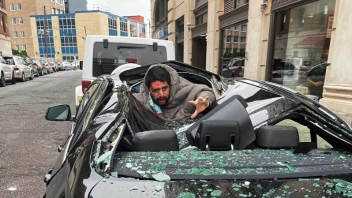 الأميركي مستقرا داخل السيارة الفاخرة بعد سقوطه على سطحها  من ارتفاع شاهق