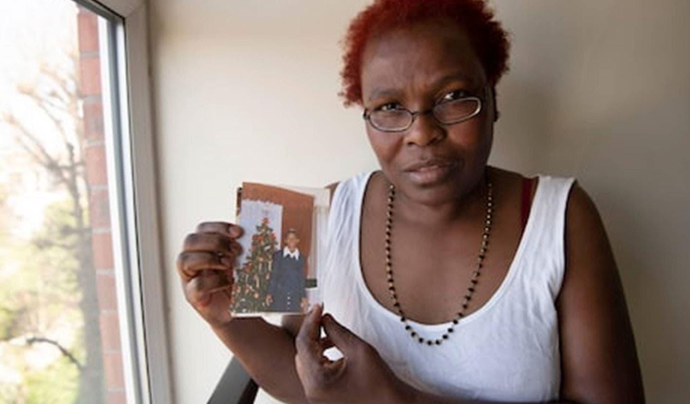 والدة نيكول جاك تحمل صورتها وتطالب بمسامحتها