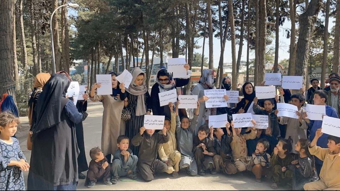 نساء في كابل يطالبن بفتح المدارس للفتيات (رويترز)