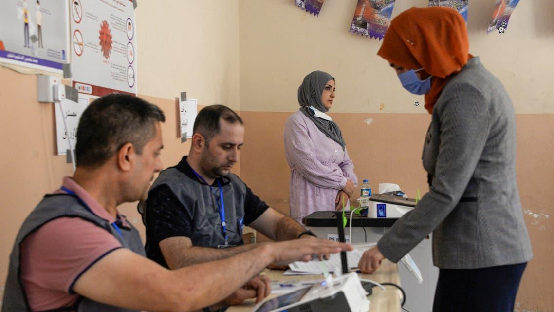 من أحد مراكز الاقتراع في العراق (فرانس برس)