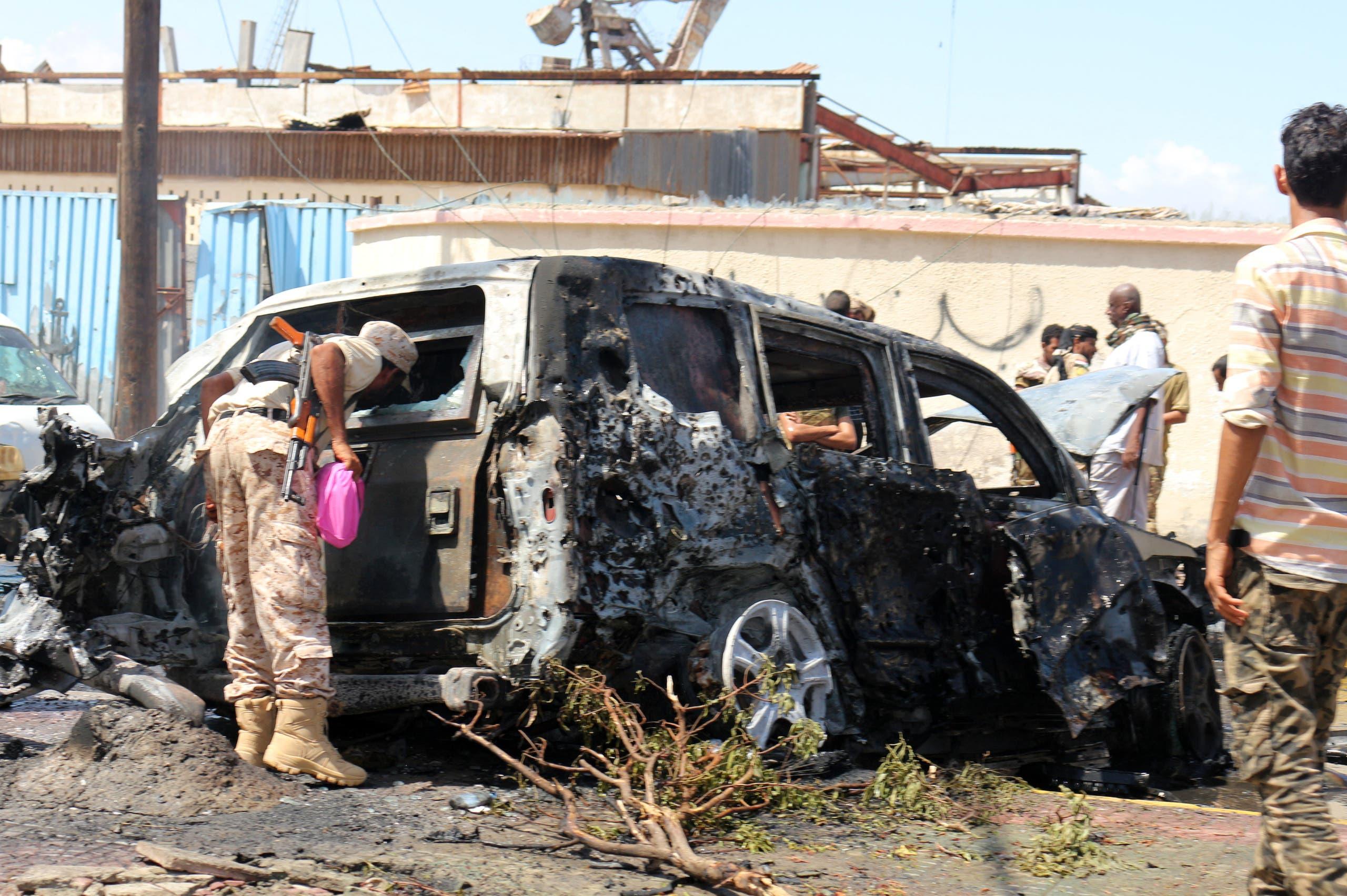 من موقع استهداف محافظ عدن ووزير الزراعة اليمني في مدينة عدن (فرانس برس)