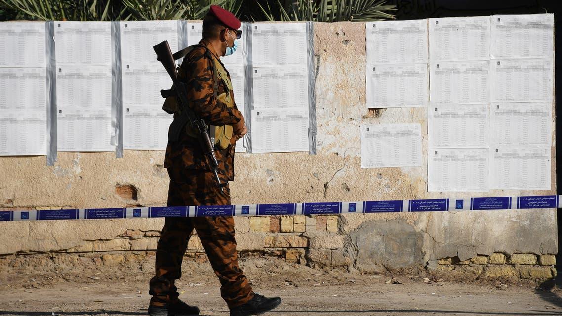 من أمام أحد مراكز الاقتراع في العراق (فرانس برس)