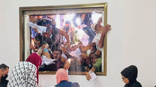 صورة تجتاح التواصل.. غلابة يتزاحمون أمام موظفين حكوميين