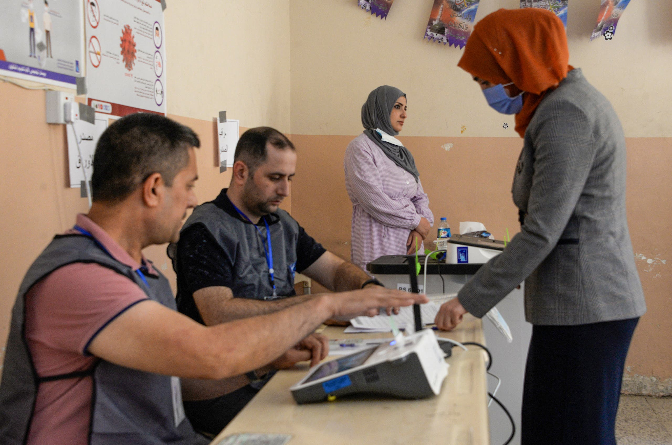 من مركز اقتراع في مدينة الموصل (أرشيفية من فرانس برس)