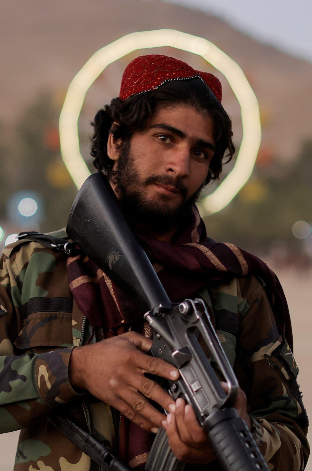 عنصر من طالبان في أحد المنتزهات في كابل (رويترز)
