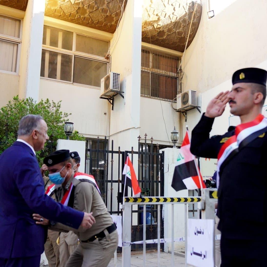شاهد عنصر أمن يفتش الكاظمي.. قبل دخوله للاقتراع