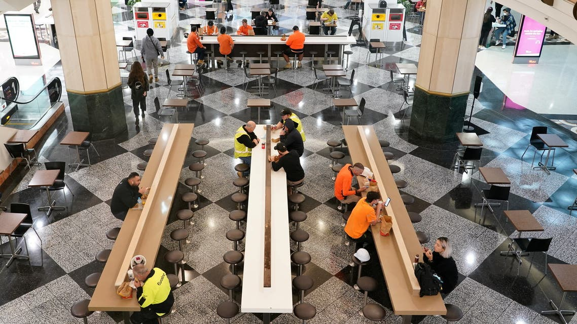 centre food court on the first day of eased restrictions for vaccinated patrons, following months of lockdown orders that mandated restaurants only serve take-away and customers couldn't sit to eat at such venues to curb an outbreak of the coronavirus disease (COVID-19), in Sydney, Australia, October 11, 2021. (File photo: Reuters)