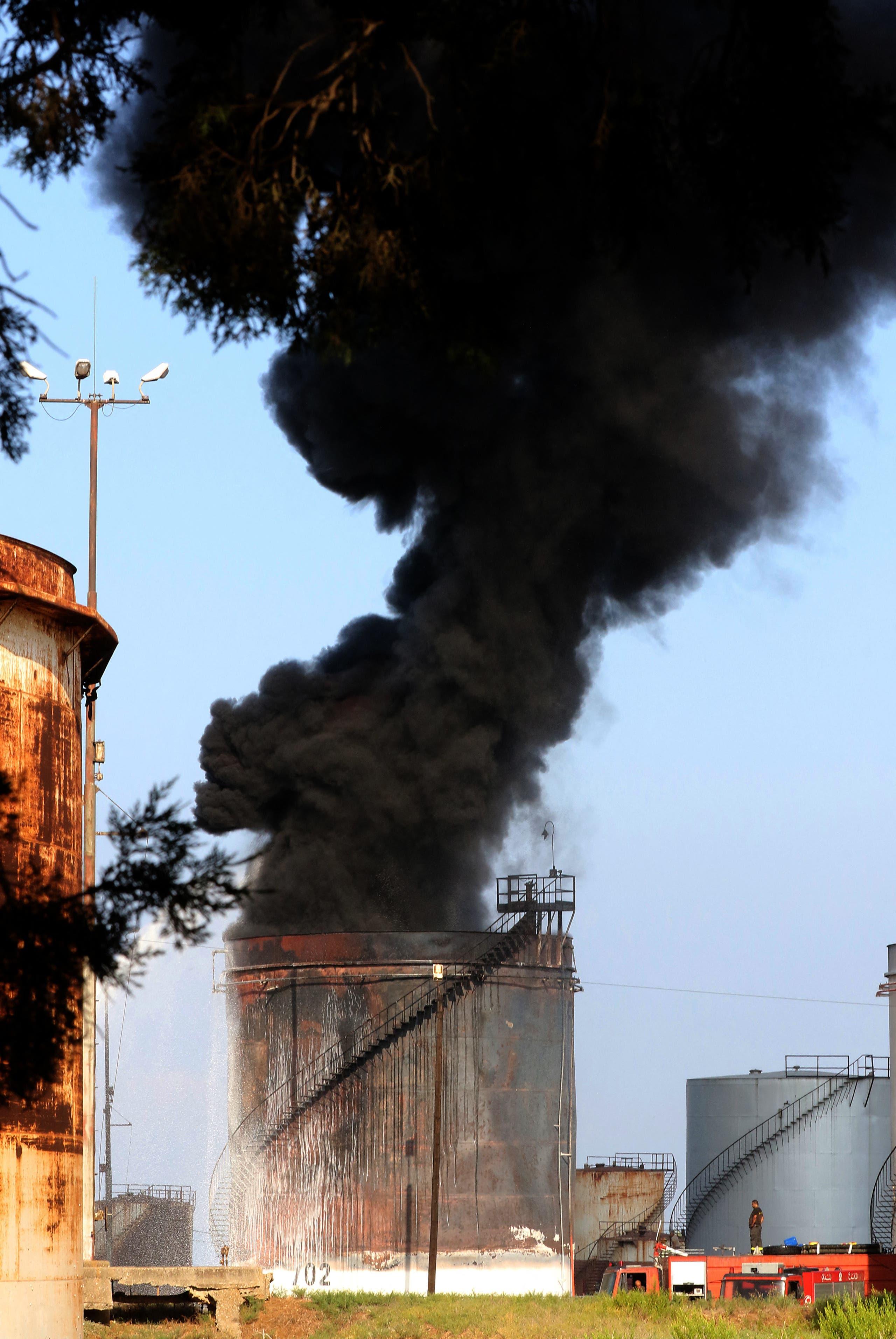 حريق في منشأة الزهراني جنوب لبنان (فرانس برس)