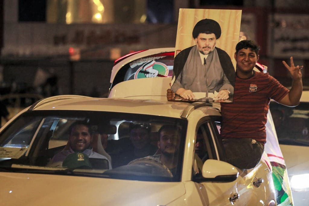 انصار زعيم التيار الصدري يحتفلون في بغداد (فرانس برس)