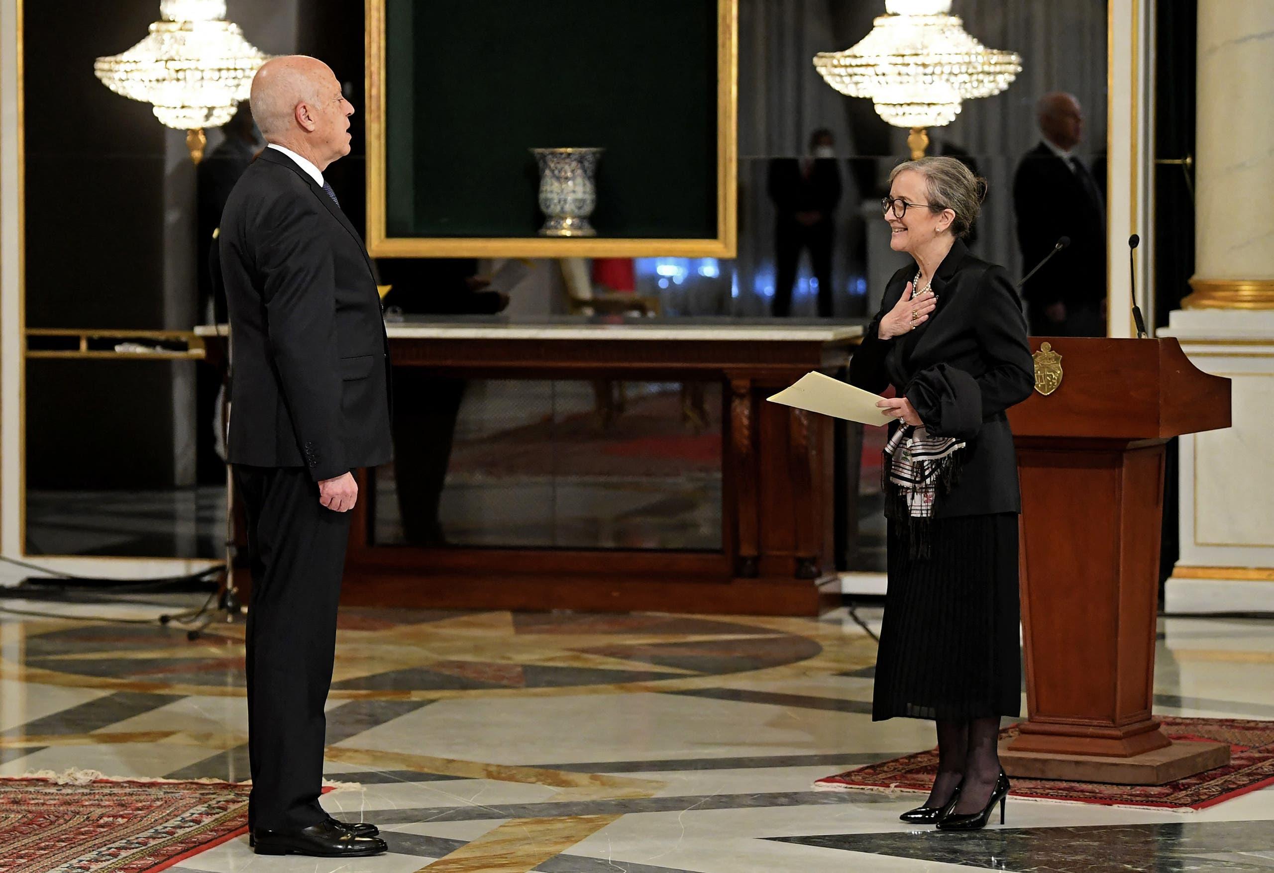 نجلاء بودن تقدم التشكيلة الحكومية الجديدة إلى الرئيس التونسي قيس سعيد (فرانس برس)