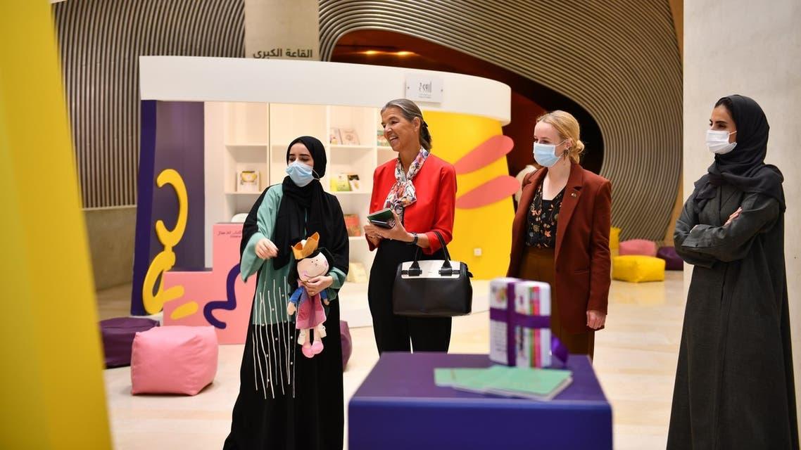 السفيرة البلجيكية خلال جولتها على المعرض