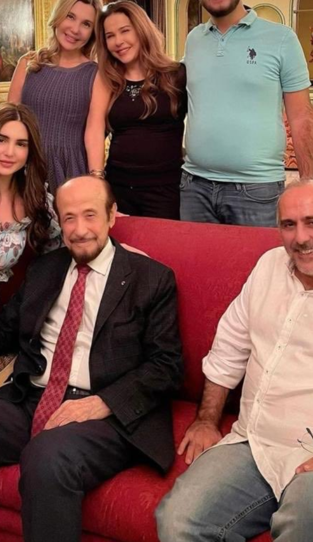 رفعت الأسد مع نجله دريد وأحفاده