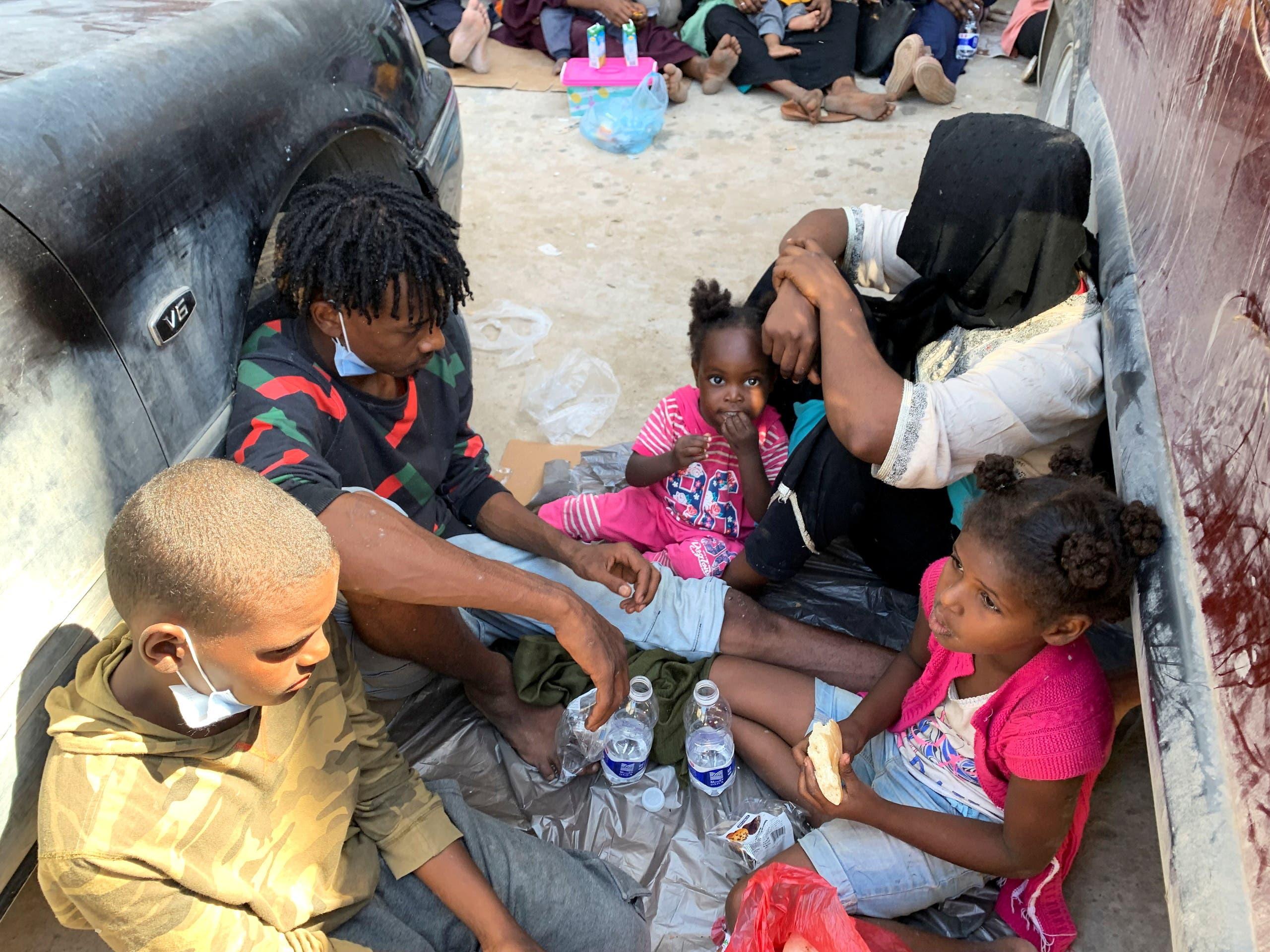 لاجئون ومهاجرون في طرابلس الليبية (رويترز)