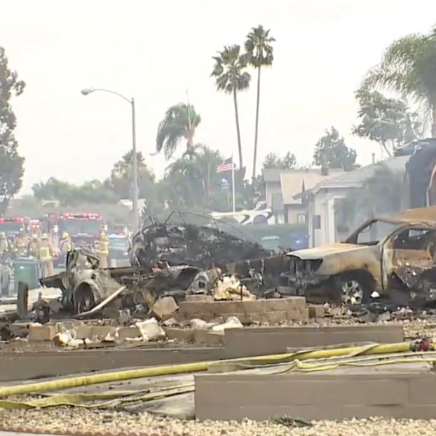 حادث مروع في أميركا.. شاهد سقوط طائرة وسط حي سكني