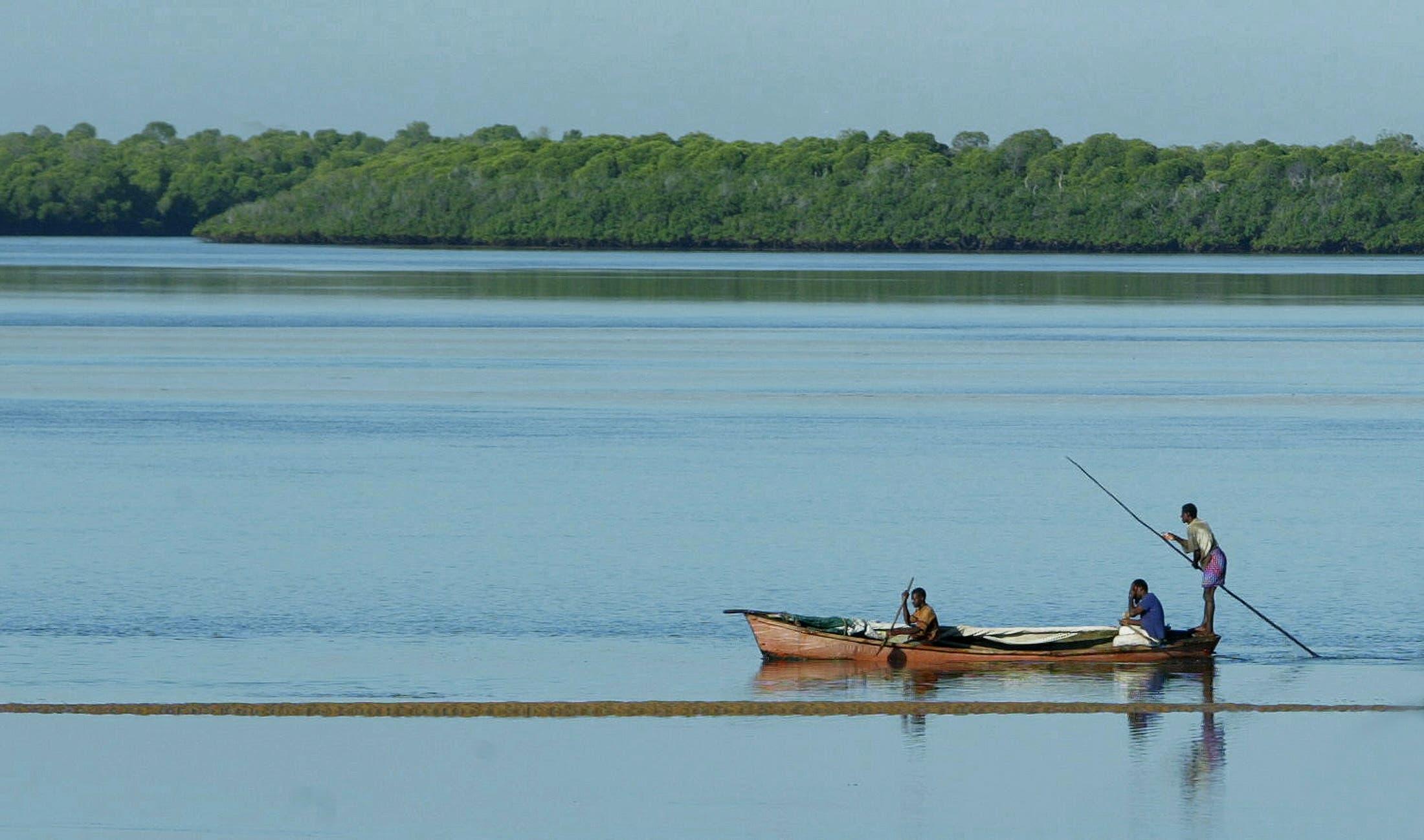 صياد كيني في المحيط الهندي في منطقة قريبة من المياه الصومالية (أرشيفية)