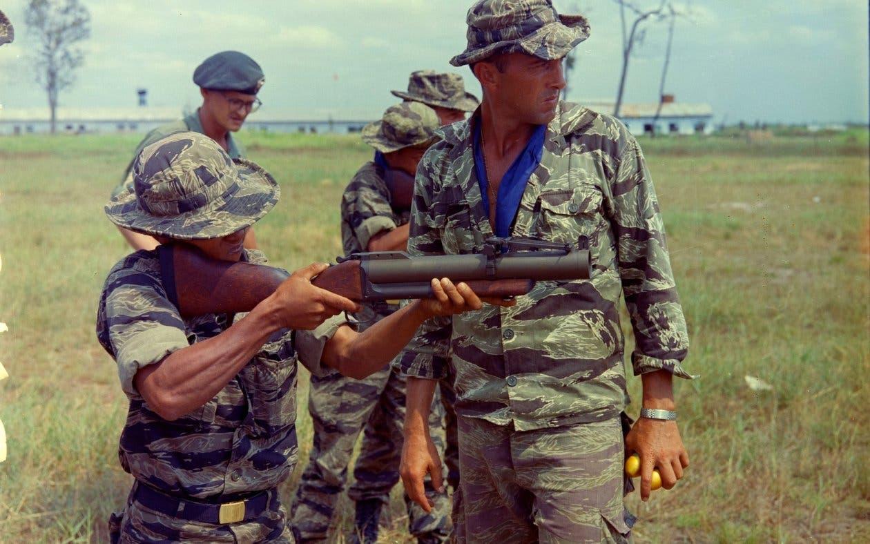 جندي في الجيش الأميركي يستخدم قاذفة من طراز M-79