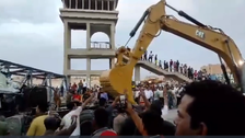 فيديو.. 3 قتلى بسقوط كوبري مشاة على سيارة نقل بسيناء