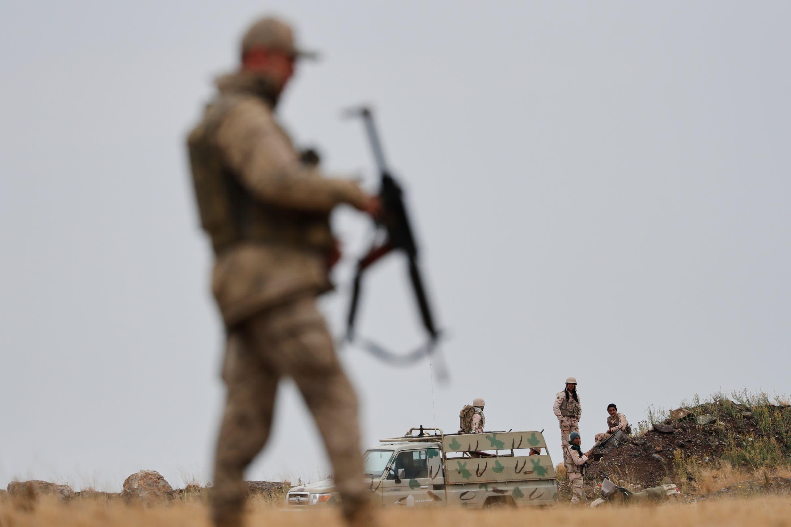 جندي تركي يقف على الحدود مع إيران في ولاية فان ويبدو وراءه جنود إيرانيون (أرشيفية)