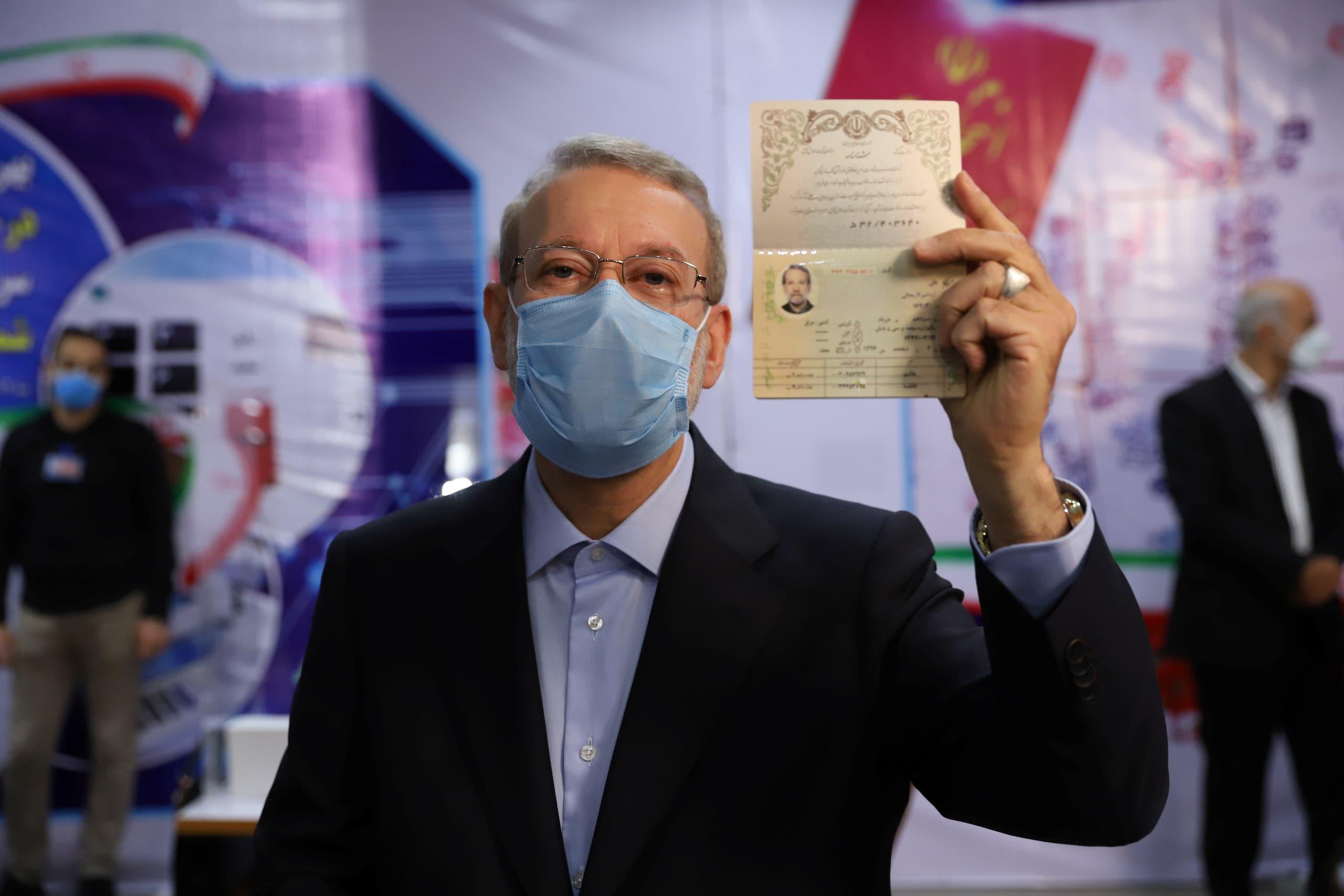 لاريجاني عند تقديم ترشحه للانتخابات الرئاسية الإيرانية في مايو الماضي