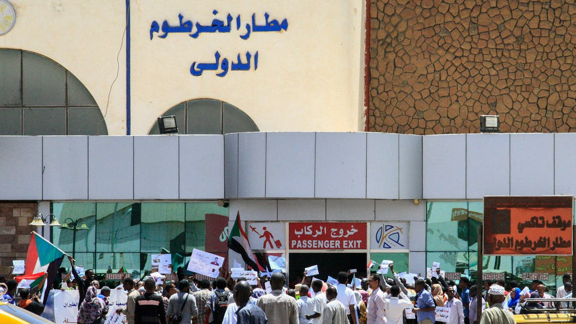 Sudanese aviation professionals rally in support of civilian rule at Khartoum airport in the capital on May 27, 2019. / AFP / Ebrahim Hamid