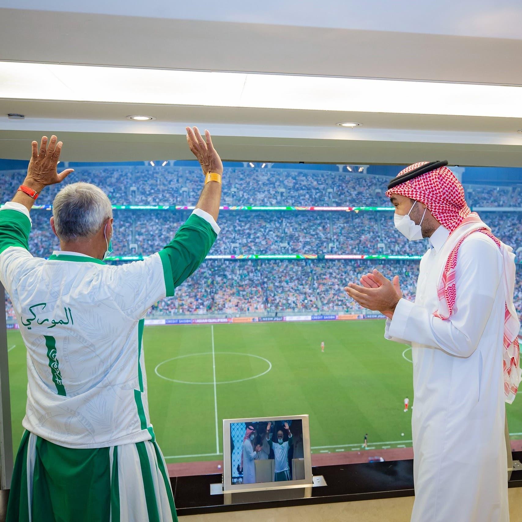 ما قصة مشجع كرمه وزير الرياضة السعودي خلال مباراة المنتخب؟