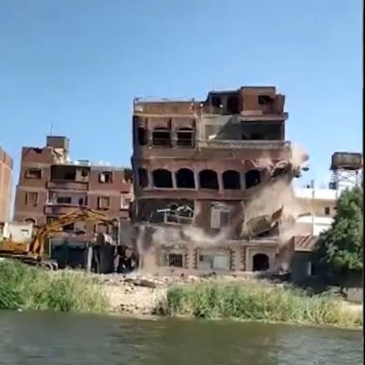 فيديو.. مشهد مروع لإزالة  بناية مخالفة على النيل في مصر