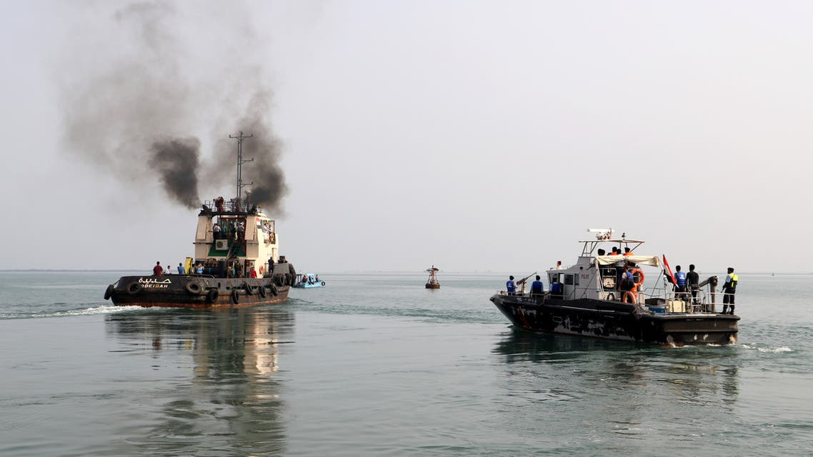 A tug boat (L) ferries members of a Houthi delegation to attend a meeting of a committee overseeing a U.N.-led peace deal that will be held on board a U.N.-chartered ship off YemenÕs port city of Hodeidah September 8, 2019.  (File photo: Reuters)