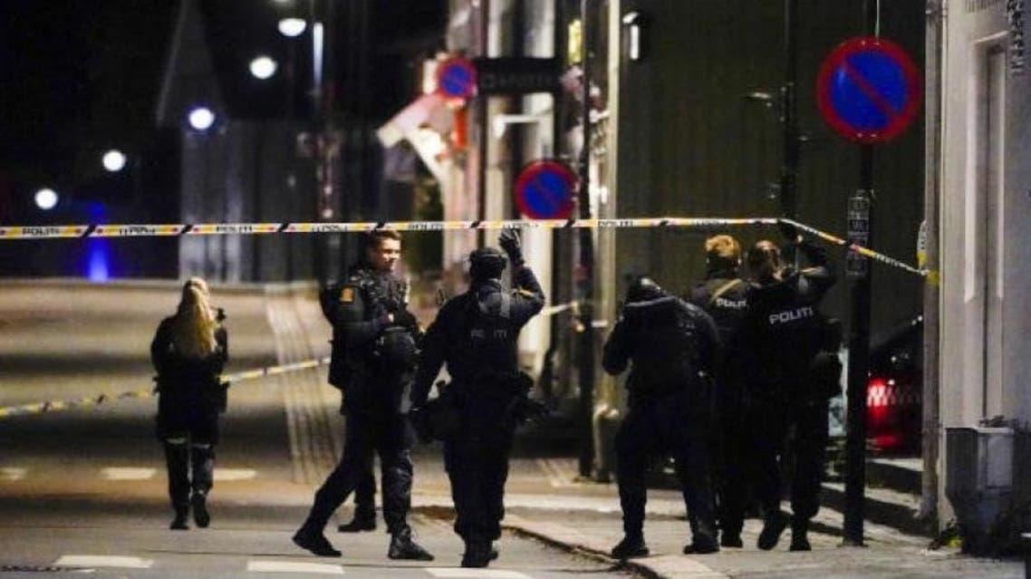 الشرطة بموقع الهجمات بمدينة كونغسبرغ النرويجية (أ.ب)